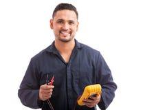Lycklig ung latinamerikansk elektriker arkivfoto