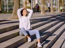 Lycklig ung le gilrl kopplade av att andas ny luft arkivfoton