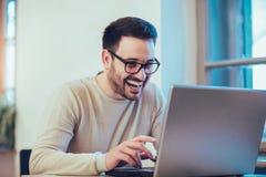 Lycklig ung man, bärande exponeringsglas och le Arkivfoto