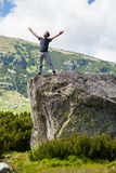 Lycklig ung man i bergen Arkivfoton