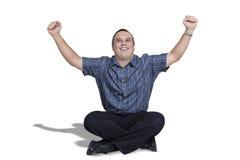 Lycklig ung man med armar upp i beröm Arkivbilder