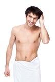 Lycklig ung man med handduken runt om hans midja royaltyfri bild