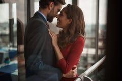 Lycklig ung man och kvinna som tillsammans blir utomhus- arkivbilder