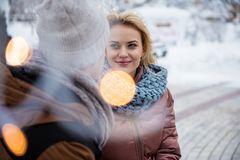 Lycklig ung man och kvinna som tycker om det utomhus- datumet royaltyfria bilder