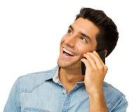 Lycklig ung man som använder den smarta telefonen Arkivbilder