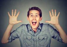 Lycklig ung man som går galen skrika toppet upphetsat förvånat royaltyfria bilder