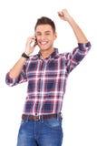 Lycklig ung man som mottar stor nyheterna Royaltyfri Foto