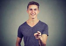 Lycklig ung man som pekar hans finger på dig Arkivfoto
