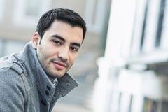 Lycklig ung man som är utomhus- Arkivfoto