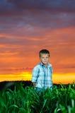 Lycklig ung manrest på grönt fält Arkivfoton
