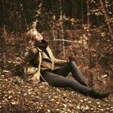 Lycklig ung modekvinna i höstskog arkivfoto