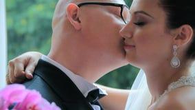 Lycklig ung nygift personomfamning arkivfilmer
