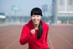 Lycklig, ung och idrotts- kvinnlig konditionmodell i sportar utanför. Arkivbilder