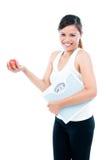 Lycklig ung Scale och Apple för kvinnaHoldingvägning arkivbilder