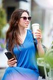Lycklig ung stads- kvinna som dricker kaffe i Europa Den Caucasian turisten tycker om hennes europeiska semester i tom stad royaltyfria bilder