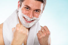 Lycklig ung stilig man med att raka kräm- skum arkivfoton
