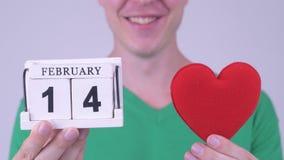Lycklig ung stilig man med kalenderkvarteret och hjärta lager videofilmer