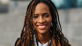 Lycklig ung svart kvinna model stilfullt arkivbilder