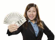 Lycklig ung vuxen människa som visar pengar Arkivbild