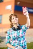 Lycklig ung wpman som tar bilder av henne royaltyfria bilder