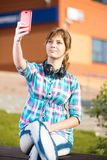Lycklig ung wpman som tar bilder av henne royaltyfri fotografi