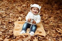 Lycklig unge i höstpark royaltyfria bilder