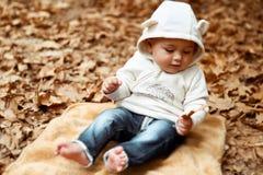 Lycklig unge i höstpark royaltyfri foto