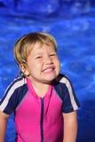 Lycklig unge i simbassängen Royaltyfri Foto