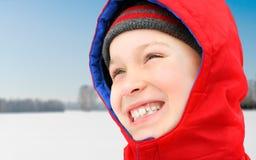 Lycklig unge i vinter Arkivfoto