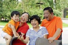 Lycklig unge med hans uncle och faster Royaltyfri Foto