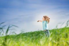 Lycklig unge med lyftta armar Arkivfoton