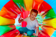 Lycklig unge som har gyckel på lekplats i dagis Arkivbilder