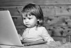 Lycklig unge som har gyckel Lycklig pojke nära datoren Arkivfoto