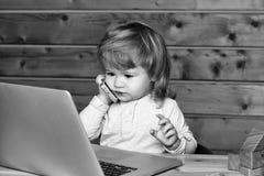 Lycklig unge som har gyckel Lycklig pojke på datoren Royaltyfri Foto