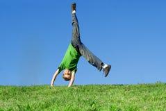 lycklig unge som leker utomhus Royaltyfria Foton