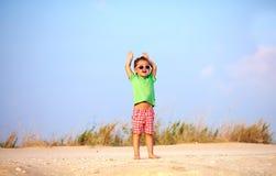 Lycklig unge som lyfter händer i fröjd, sommar Arkivbild