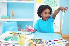 Lycklig unge som tycker om att måla för konsthantverk Arkivbilder
