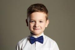 lycklig unge stilig pojke little som ler Royaltyfri Fotografi