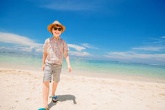 Lycklig ungepojke i sommarhatt- och hipstersolglasögon Royaltyfri Bild
