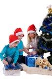 lycklig unwraping för julfamiljgåvor Arkivbild