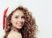 Lycklig upphetsad ung kvinna, i att le för jultomtenhatt royaltyfri fotografi