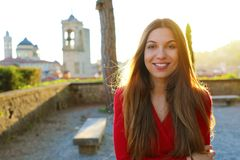 Lycklig ursnygg kvinna som tycker om solen från italiensk stadsterrass arkivbilder