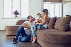 lycklig utgångspunkt för familj arkivfoto