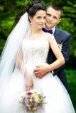 Lycklig utomhus- brud- och brudgumbröllopsommar Royaltyfri Foto