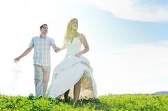 Lycklig utomhus- brud och groon Fotografering för Bildbyråer