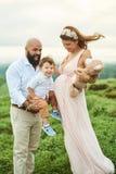 Lycklig utomhus- familjlek Fotografering för Bildbyråer