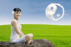 Lycklig utomhus- flicka och ying yang moln Royaltyfri Bild