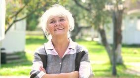 lycklig utomhus- hög kvinna lager videofilmer