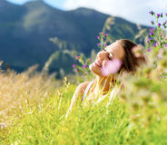 lycklig utomhus- kvinna royaltyfri bild