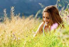 lycklig utomhus- kvinna Royaltyfri Fotografi